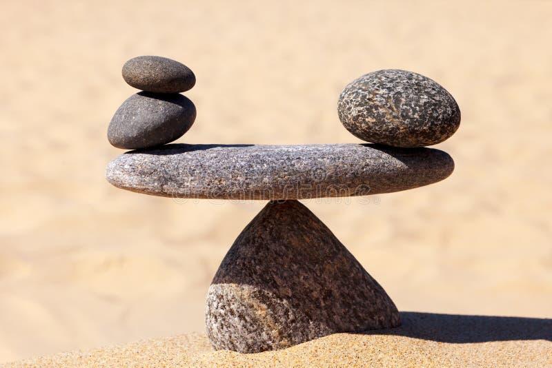 Symbolisk skala av stenarna Begrepp av harmoni och j?mvikt arbete-liv emotionell j?mvikt arkivfoto