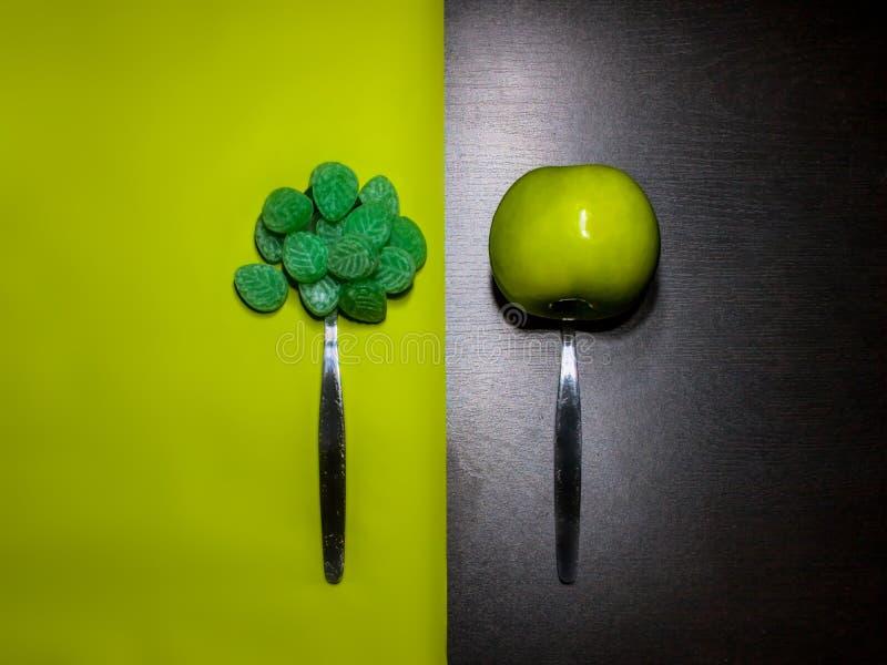 Symbolization des Zuckers gegen gesunde Nahrung stockbilder