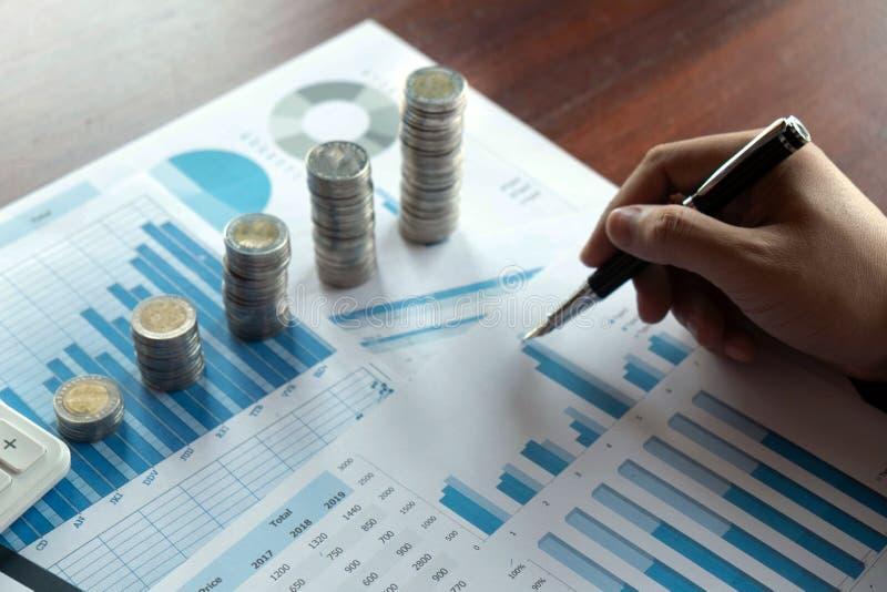 Symbolmyntaff?r, finans, finansiell tillv?xt, investering som konsulterar, finans, investering, aff?r, arbete, redovisning royaltyfri bild