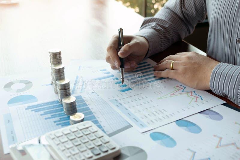 Symbolmyntaff?r, finans, finansiell tillv?xt, investering som konsulterar, finans, investering, aff?r, arbete, redovisning arkivfoto