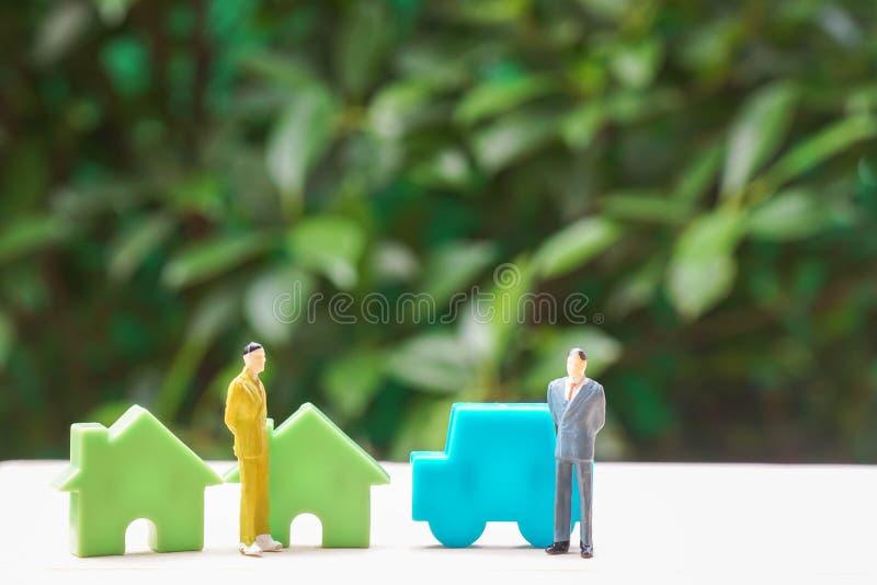 Symbolsfinans och avtalsbegrepp - avtal för affärsfolk med automatiska och uppehållförsäljningsavtal arkivfoto