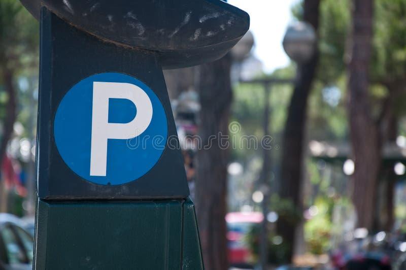 Symbool in bijlage aan een parkeermeter stock foto