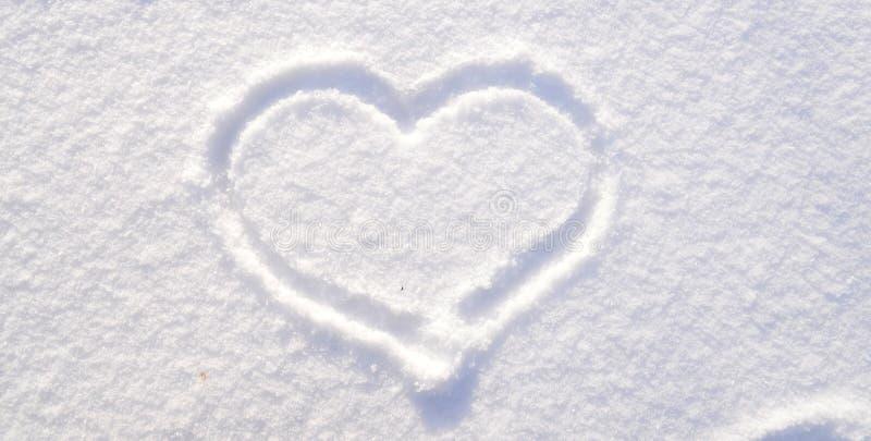 Symbool van hart op de achtergrond van verse sneeuwtextuur Vrolijk Kerstmis of de Dagconcept van Valentine ` s Exemplaarruimte vo royalty-vrije stock foto