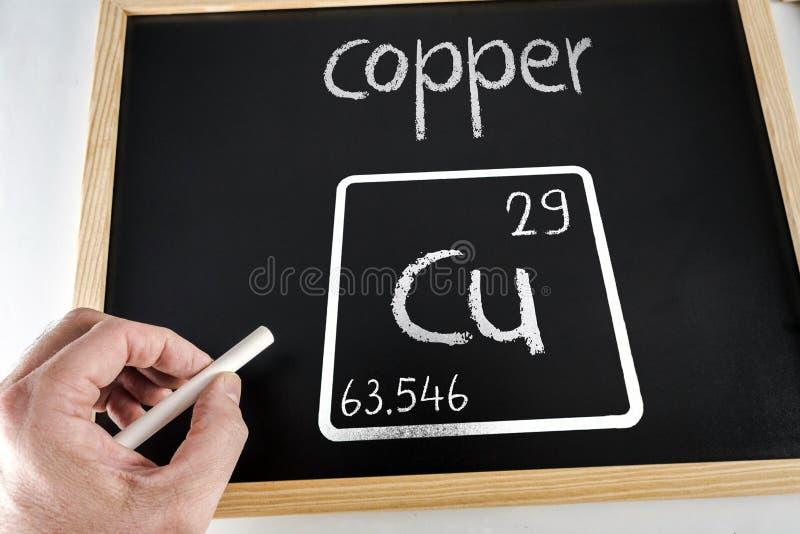 Symbool van het chemische die elementenkoper op een zwarte lei met krijt wordt getrokken royalty-vrije stock foto