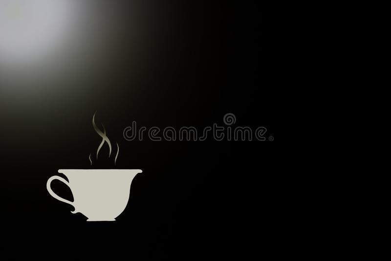 Symbool van hete koffie in een witte kop op een zwarte achtergrond en een wit hoogtepunt stock foto's