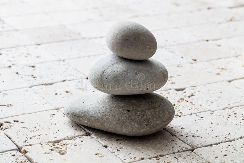 Symbool van mindfulness, saldo en meditatie over kalksteen, exemplaarruimte stock foto's