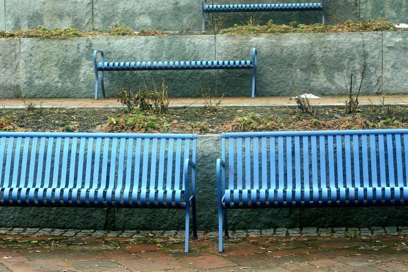 Symetria na błękitnych ławkach zdjęcie royalty free