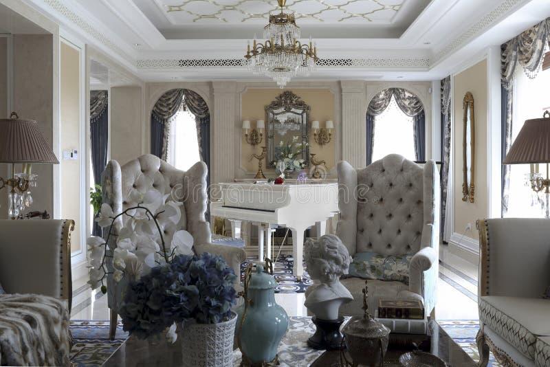 Symetryczni łuki i kanapa siedzący pokój zdjęcie stock