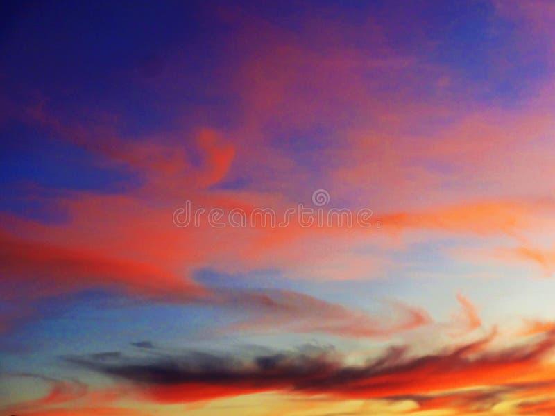 Symfonie van kleuren in een zonsonderganghemel royalty-vrije stock foto
