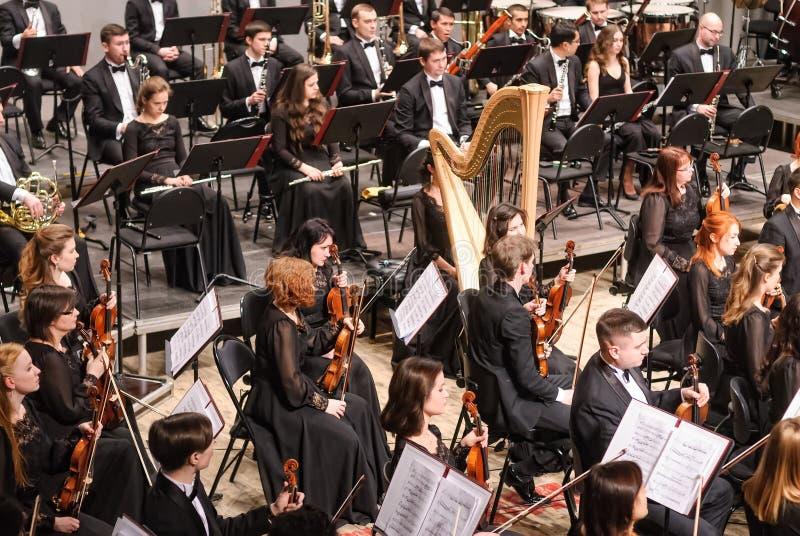 Symfoniorkester på etapp under paus royaltyfri fotografi
