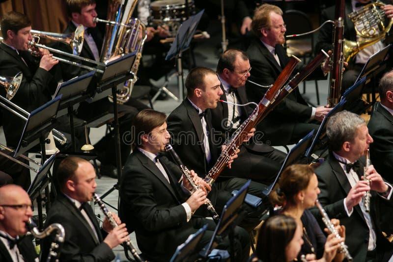 Symfoniorkestern och kören utför klassiska arbeten royaltyfri bild
