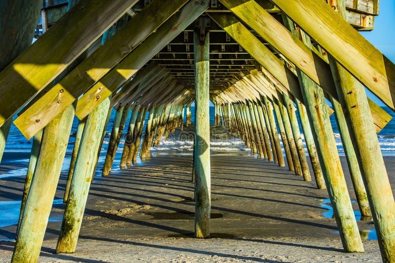 Symmetri under Myrtle Beach Fishing Pier arkivfoton