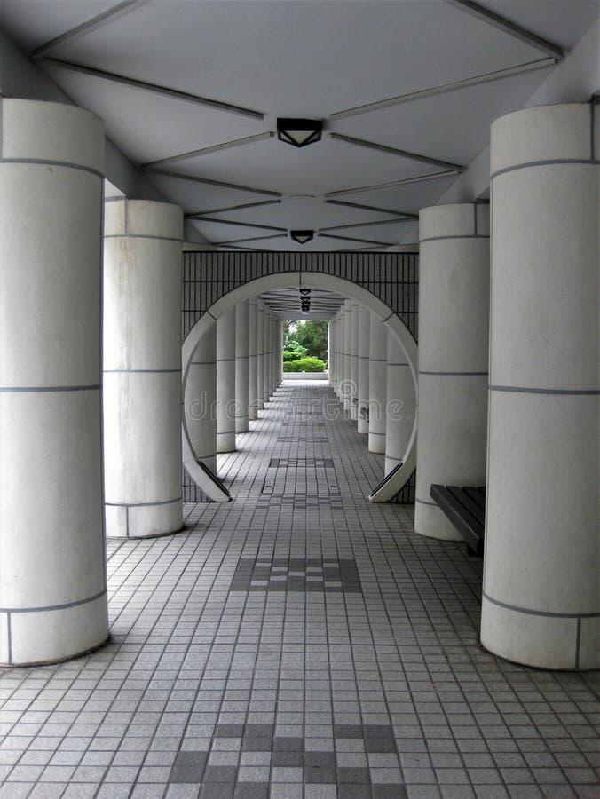 Symmetrie in een witte gang royalty-vrije stock foto