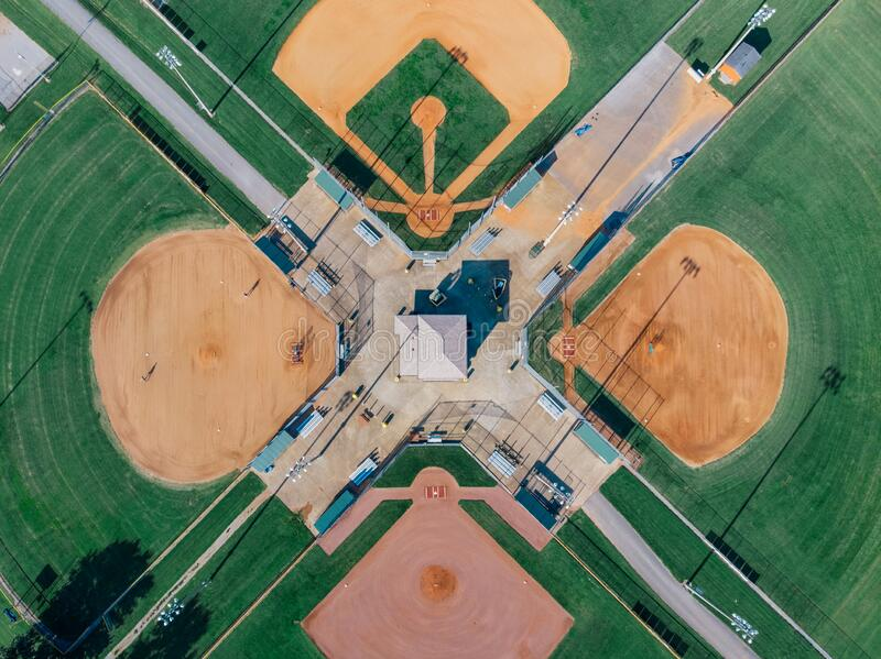 Symmetrie sportterrein veronachtzaming drone DJI mavic mini royalty-vrije stock foto