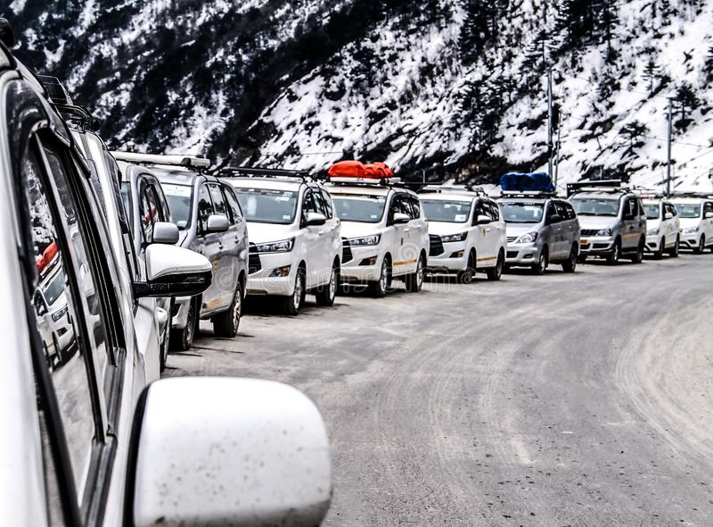 Symmetrie van auto in sneeuw stock foto