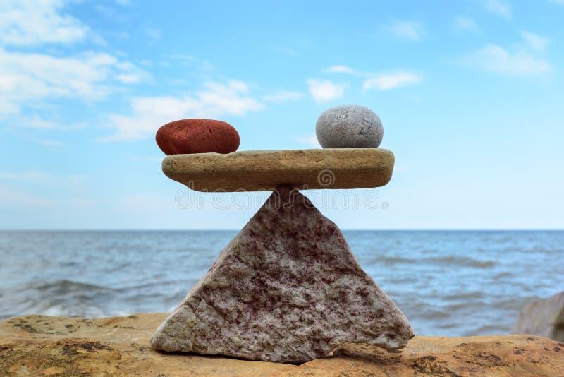 Symmetrische Balance von Steinen lizenzfreie stockfotos