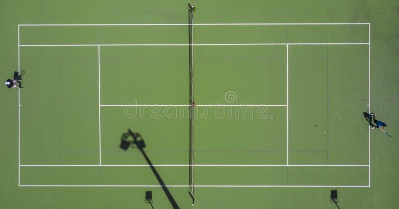 Symmetrische die antenne van een tennisgebied wordt geschoten royalty-vrije stock foto's