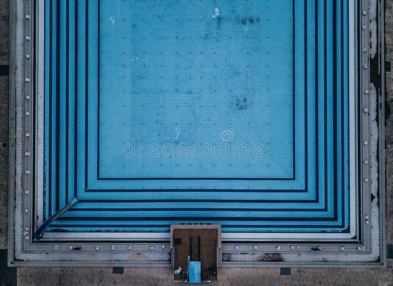 Symmetrische die mening van een zwembad hierboven wordt geschoten van stock afbeelding