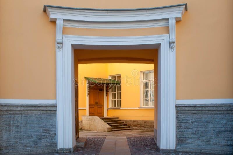 Symmetrische ingang aan klassiek woonhuis stock afbeeldingen