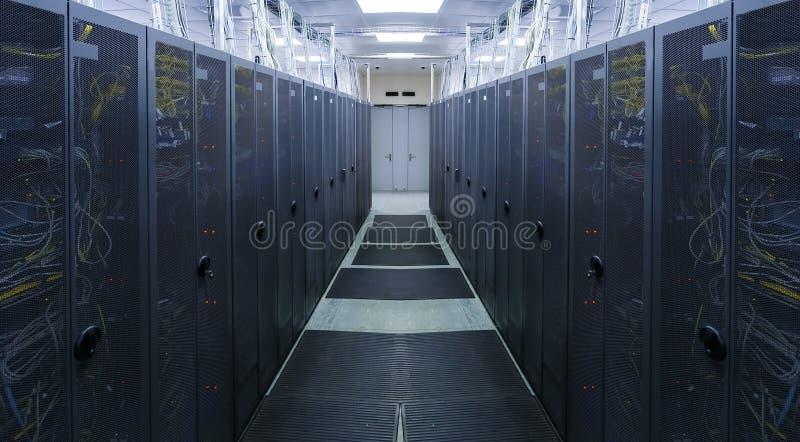 Symmetrische serverruimte met modern mededeling en materiaal royalty-vrije stock fotografie