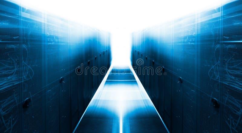 Symmetrischer futuristischer moderner Serverraum im Rechenzentrum mit hellem Licht lizenzfreie stockfotos