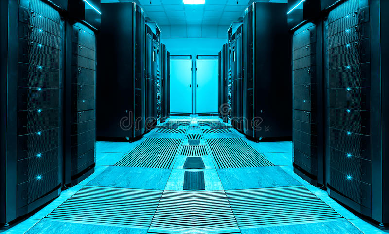 Symmetrischer Serverraum mit Reihen von Mainframes im modernen Rechenzentrum, futuristisches Design lizenzfreies stockbild