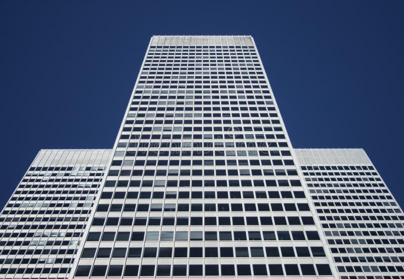 Symmetrisches weißes Bürohaus lizenzfreie stockbilder