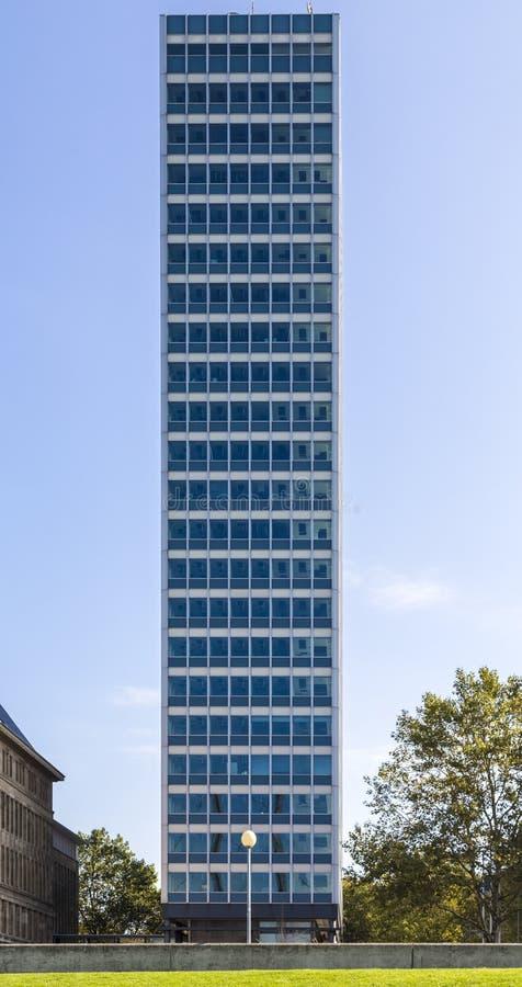 Symmetrisk främre fors av en kontorsbyggnad med blå himmel från royaltyfria bilder
