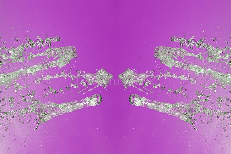 Symmetrisk modell av stoppade vattensmå droppar med genomskinliga strömmar på en purpurfärgad bakgrund Sammandrabbning, oppositio royaltyfri fotografi