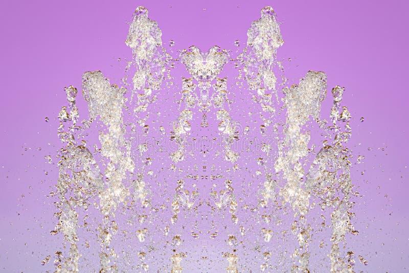 Symmetrisk modell av stoppade vattensmå droppar med genomskinliga strömmar på en purpurfärgad bakgrund Sammandrabbning, oppositio royaltyfria bilder