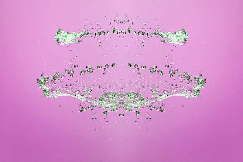 Symmetrisk modell av stoppade vattensmå droppar med genomskinliga strömmar på en rosa bakgrund Sammandrabbning, opposition och my royaltyfria foton