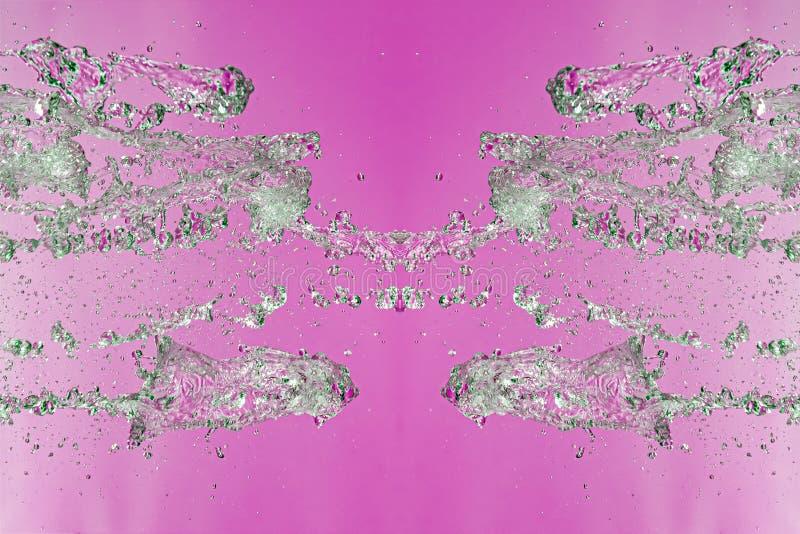 Symmetrisk modell av stoppade vattensmå droppar med genomskinliga strömmar på en rosa bakgrund Sammandrabbning, opposition och my fotografering för bildbyråer