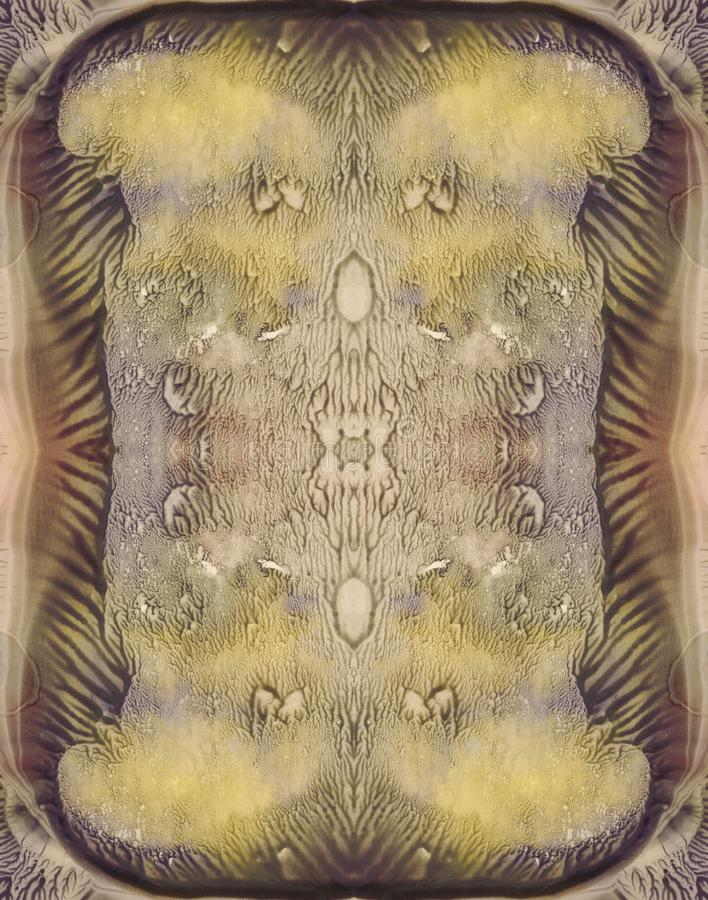 Symmetrisk vertikal bakgrund för smutsigt färgabstrakt begrepp för tappningdesign Hand dragen vattenfärgbild Gräsplan, guling, br arkivbilder