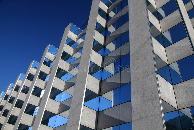 symmetriskt byggande modernt kontor arkivbild