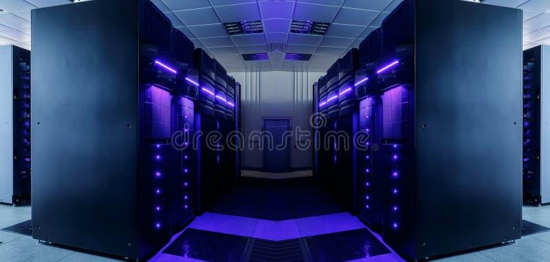 Symmetriskt datorhallrum med futuristiska strålar och rader av utrustning royaltyfri bild