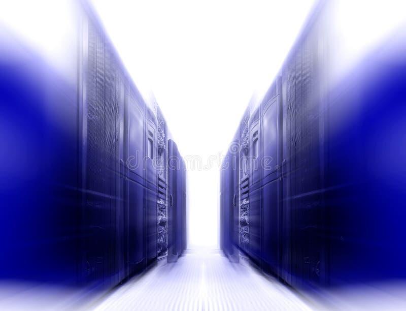 Symmetriskt futuristiskt modernt serverrum i datorhall med ljust ljus royaltyfria bilder