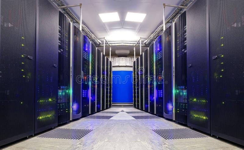 Symmetriskt futuristiskt modernt serverrum i datorhallen med royaltyfria bilder