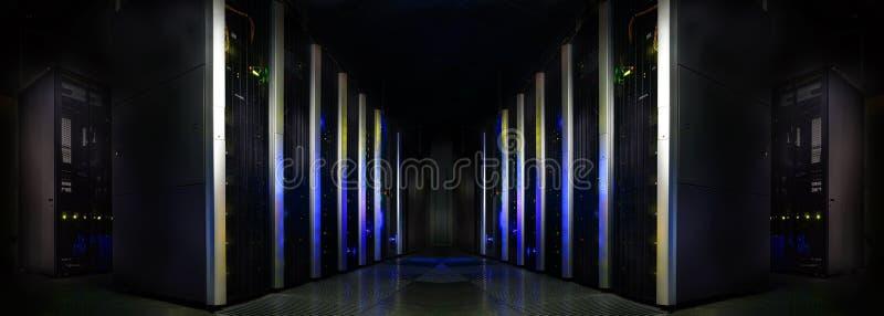Symmetriskt futuristiskt modernt serverrum i datorhallen med royaltyfri foto