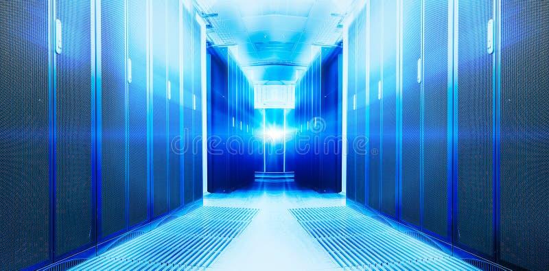 Symmetriskt futuristiskt modernt serverrum i datorhallen med ett ljust ljus royaltyfria bilder