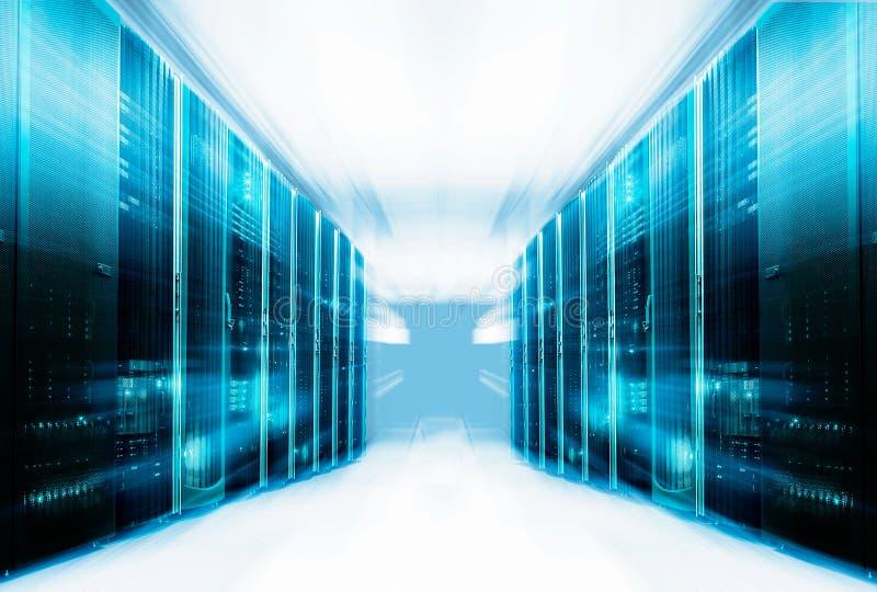 Symmetriskt futuristiskt modernt serverrum i datorhallen med ljust ljus royaltyfria foton