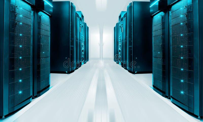 Symmetriskt futuristiskt modernt serverrum i modern datorhall med ljust ljus arkivbilder