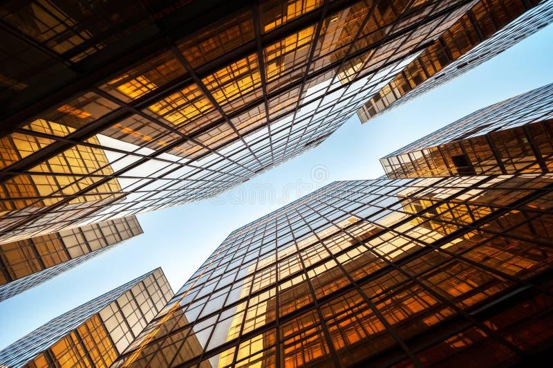Symmetriskt sköt uppåt av det moderna kontorskvarteret för höghuset, Hong Kong royaltyfria foton