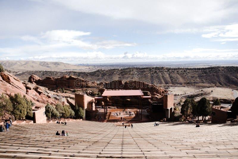 Symmetriskt skott av den RedRocks amfiteatern på en härliga Sunny Skies Day med omgeende berglandskapbakgrund royaltyfria bilder