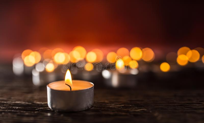symolizing葬礼religios圣诞节温泉celebrati的许多蜡烛 免版税库存图片