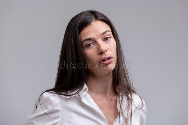 Sympathieke echte jonge vrouw stock foto's