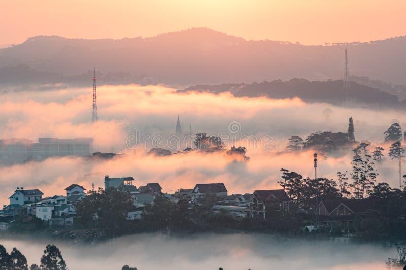 Symphonie des dichten Nebels und des Lichtes bei dem Sonnenaufgang stockbild