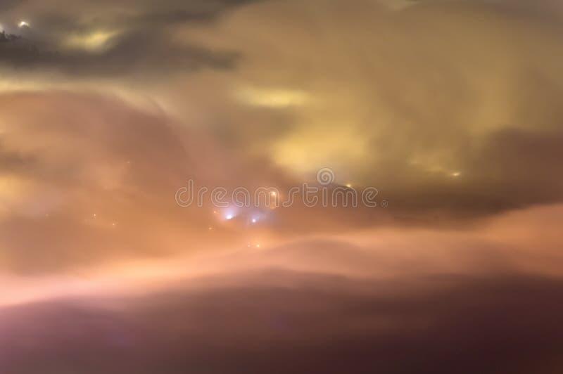 Symphonie des dichten Nebels und des Lichtes um Mitternacht lizenzfreie stockbilder