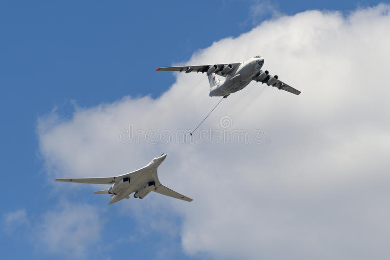 Symulacja powietrzny refueling samolot Il-78 i Tu-160 zdjęcia stock