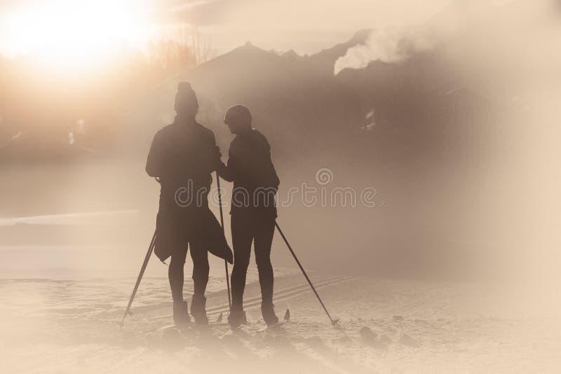 Symulacje stara fotografia z artefaktami Przez cały kraj narciarstwa para zdjęcie royalty free