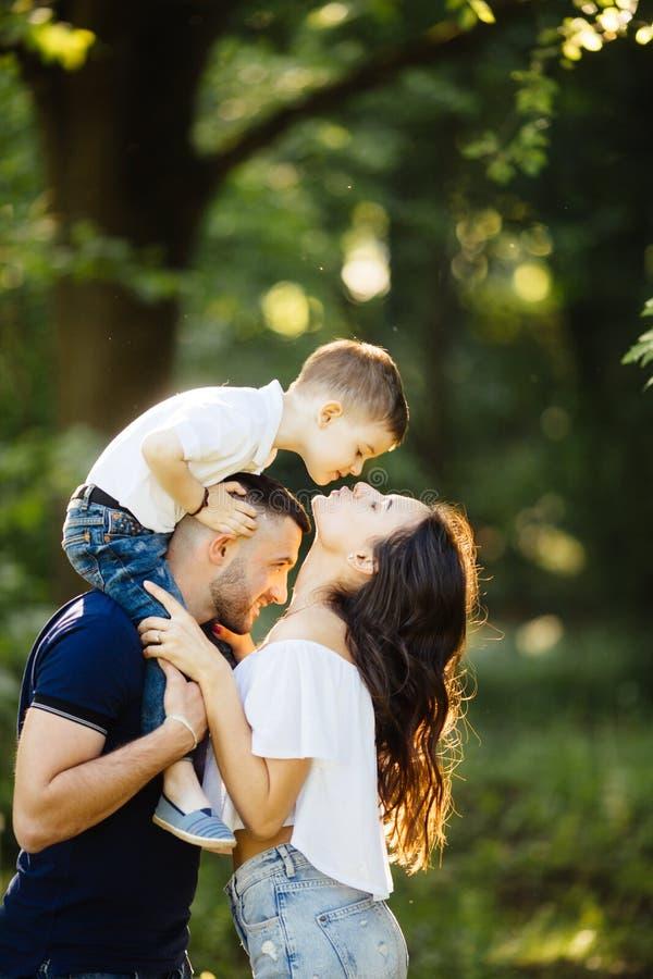 Syn daje uroczemu buziakowi dla macierzystego outside fotografia royalty free